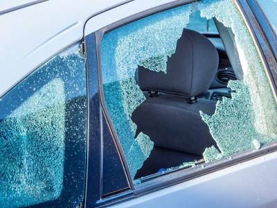 割れた車の窓