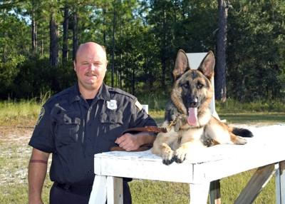 パートナー警察と警察犬の笑顔