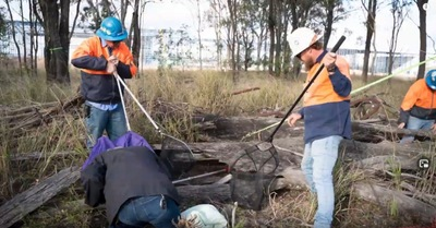 網を持つ男性2人と地面に女性