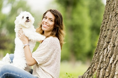 女性に前足を乗せる犬