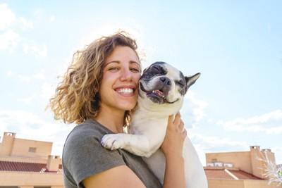 犬とふれあう女性