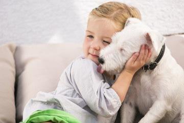 女の子とかわいい犬