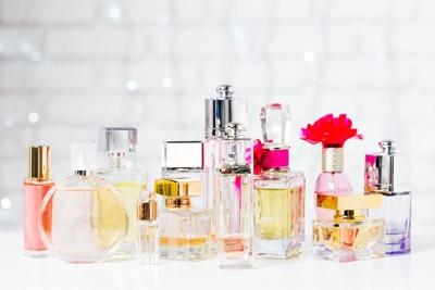 たくさんの香水のボトル