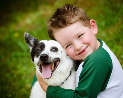 犬を抱きしめる子ども
