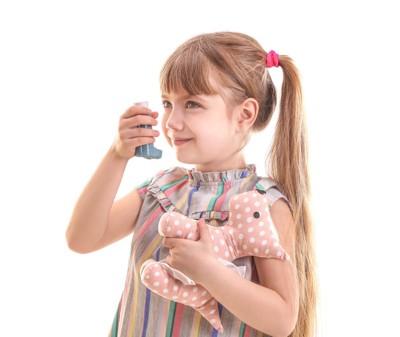 吸入器とぬいぐるみを持った女の子