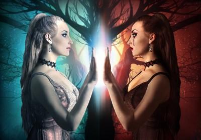 善と悪を表す女性二人の写真