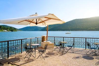 湖沿いのカフェ