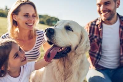 家族と嬉しそうな犬