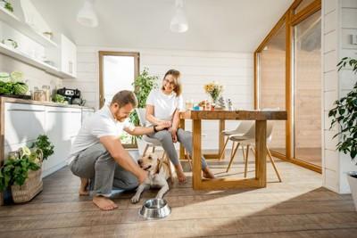 食卓にいる夫婦と犬