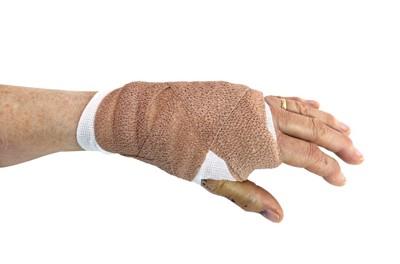 包帯を巻いた女性の手