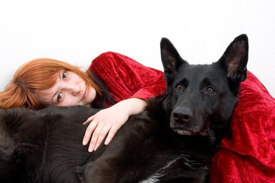寄り添う女性と犬