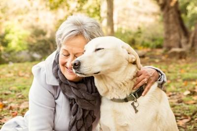 おばあちゃんと目を細める犬