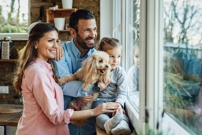 仲良しな犬と家族