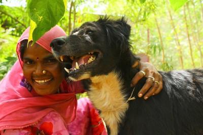 笑顔のスタッフと犬