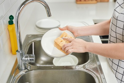 食器を洗っている様子