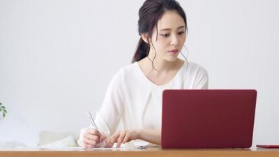 パソコンで勉強している女性