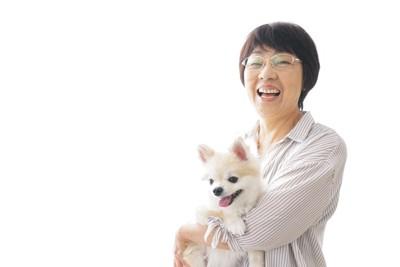 笑顔で犬を抱く女性