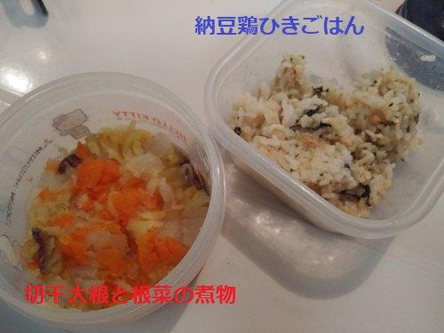 背景白 タッパー入り 煮物とご飯もの2品 文字赤青