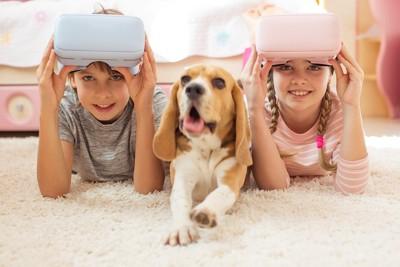 VRグラスをつけた子供たちとビーグル犬