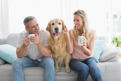 愛犬とハーブティーを楽しむ夫婦
