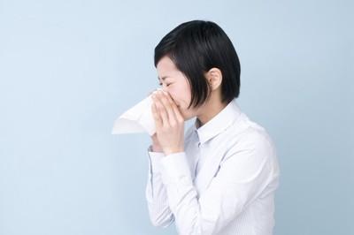 鼻水をかむ女性
