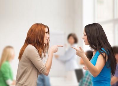 喧嘩する女性たち