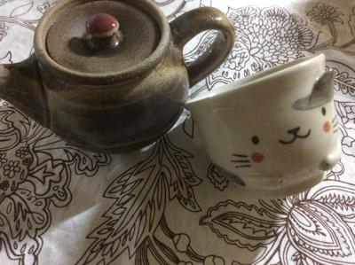 茶色の急須と猫の湯呑
