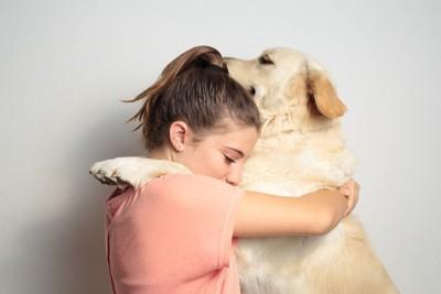 ハグしている女性と犬