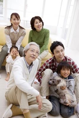 大家族に可愛がられている犬