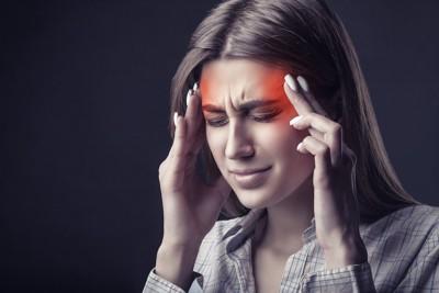 頭痛に苦しむ女性