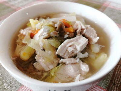器に盛り付けたスープ