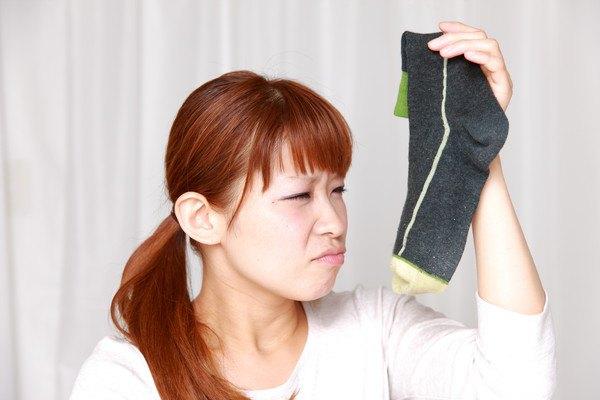 靴下を臭っている女性