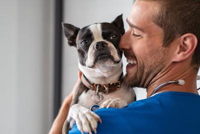 獣医とどこかドヤ顔の犬
