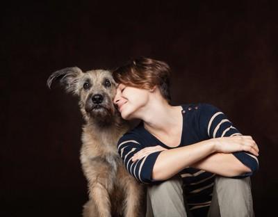 犬に寄りかかる女性