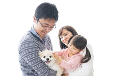 子犬を囲む家族