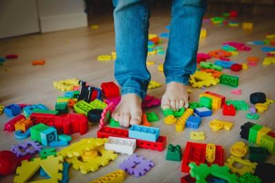 おもちゃが散らばる床