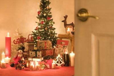 開いたドアの先にクリスマスツリー