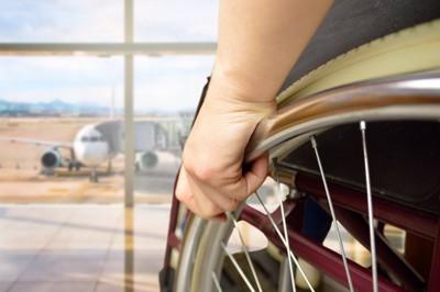空港にいる車椅子利用者と飛行機
