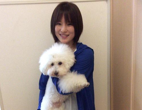 女性 笑顔 犬を抱っこしている 共に正面向き