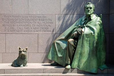 ルーズベルトと愛犬ファラの像