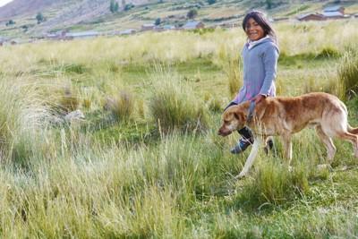 ネイティブアメリカンの女の子と犬