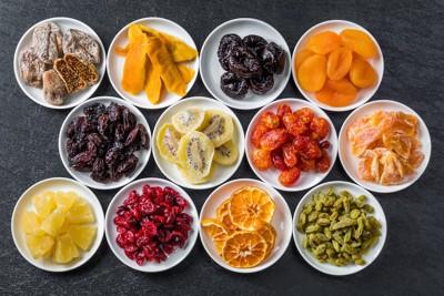 小皿に入った12種類のドライフルーツ