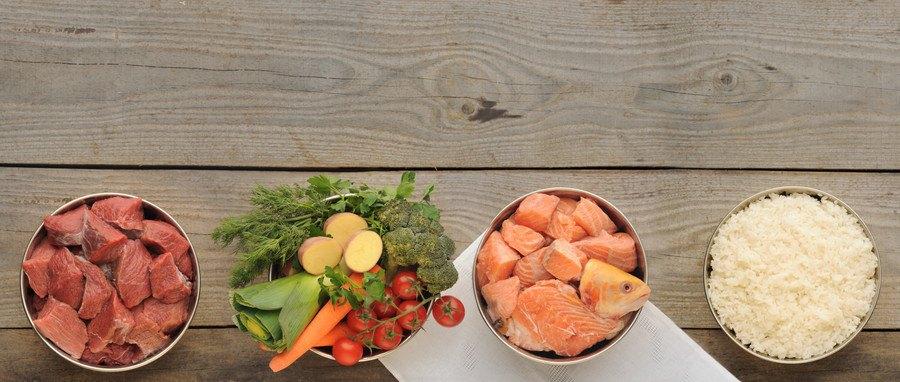 4つのボウルに入った肉、野菜、魚、米