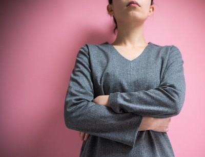 腕組をしている女性