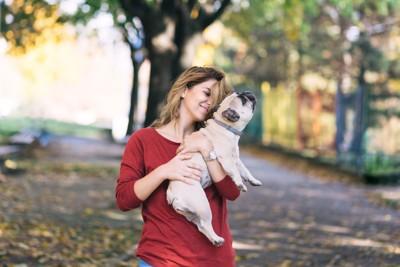 赤い服の女性と犬