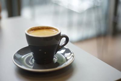 テーブルの上に置かれたコーヒー