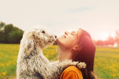 仲の良い女の子と犬