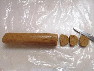 棒状のクッキー生地を切っている写真