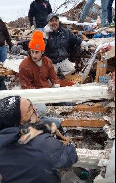 犬が救助者の肩に伸びあがる