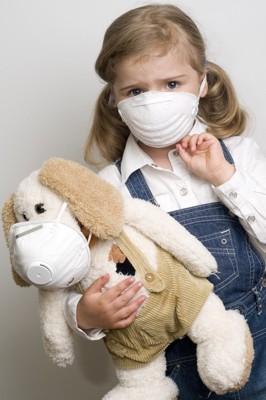 犬のぬいぐるみと犬アレルギーを持つ少女